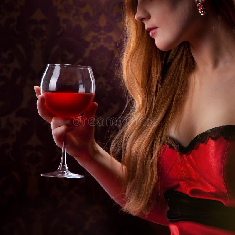 Femme élégante tenant le verre de vin photographie stock