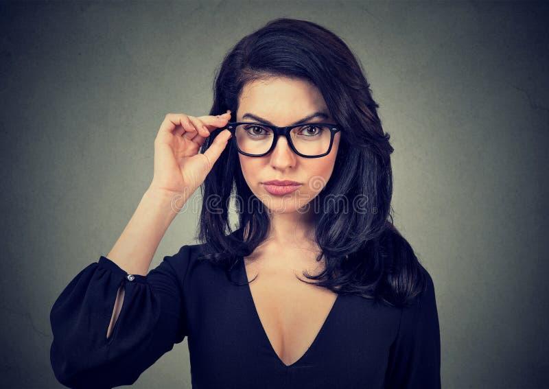 Femme élégante utilisant les lunettes à la mode photos libres de droits