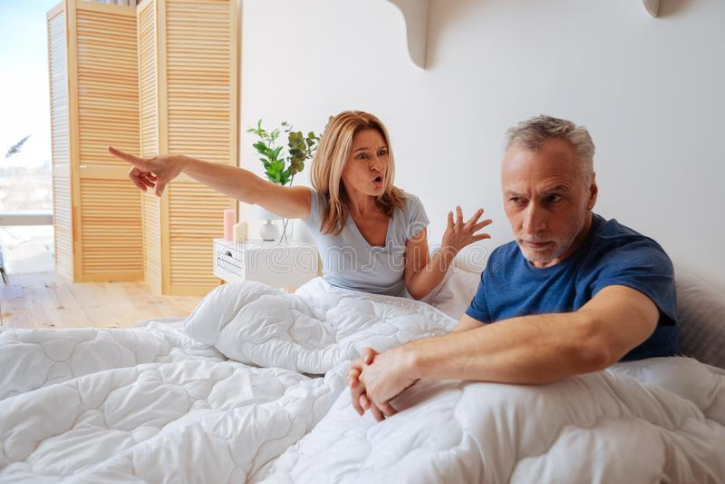 Femme émotive hurlant à son mari après trahison image stock