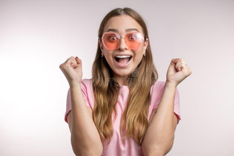 Femme énergique heureuse se réjouissant son succès et victoire photo stock