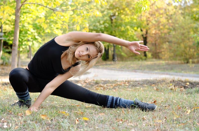 Femme établissant faire étirant des exercices image stock