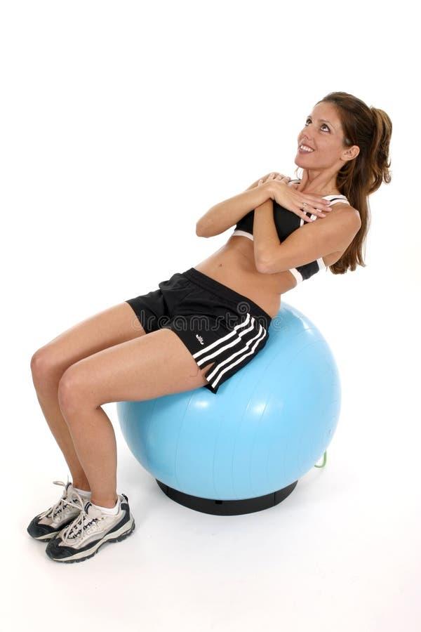 Femme établissant sur la bille 3 d'exercice image stock
