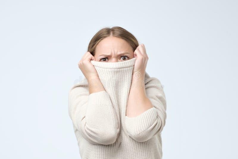Femme étant disparition puérile dans des ses vêtements regardant de dessous Elle est effrayée avec des résultats d'examen images stock