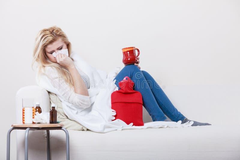 Femme étant malade ayant la grippe se trouvant sur le sofa image libre de droits