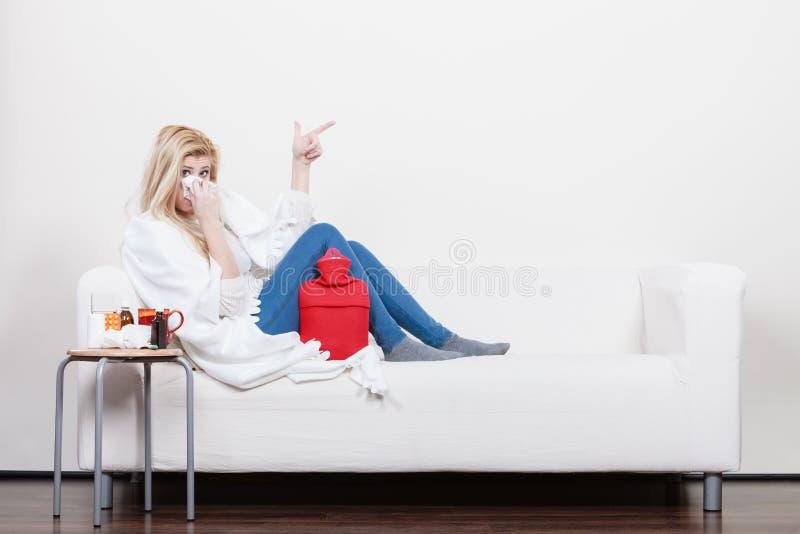 Femme étant malade ayant la grippe se trouvant sur le sofa photos libres de droits