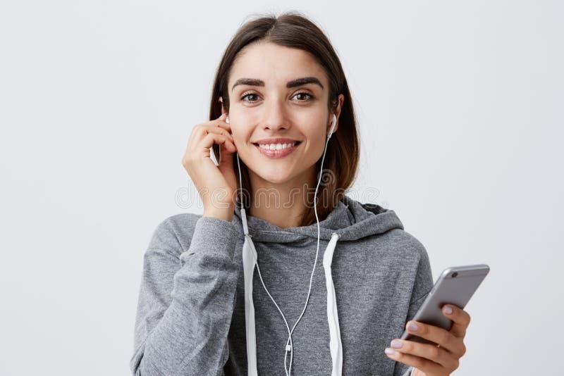 Femme étant prête pour la promenade en parc concept urbain de mode de vie Jeune fille caucasienne aux cheveux foncés belle d'étud images stock