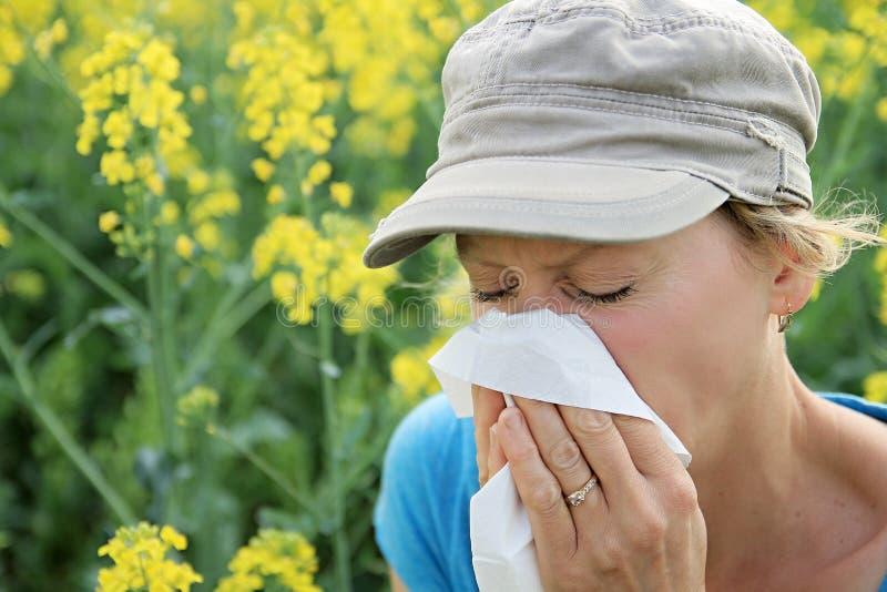 Femme éternuant en raison du pollen photo libre de droits