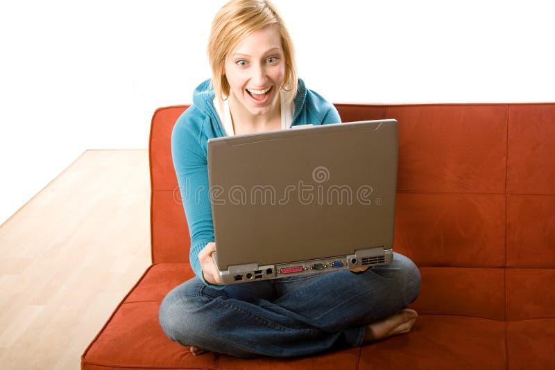 Femme étonné avec l'ordinateur portatif photographie stock libre de droits