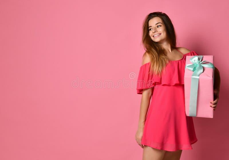 Femme étonné avec le cadre de cadeau images stock