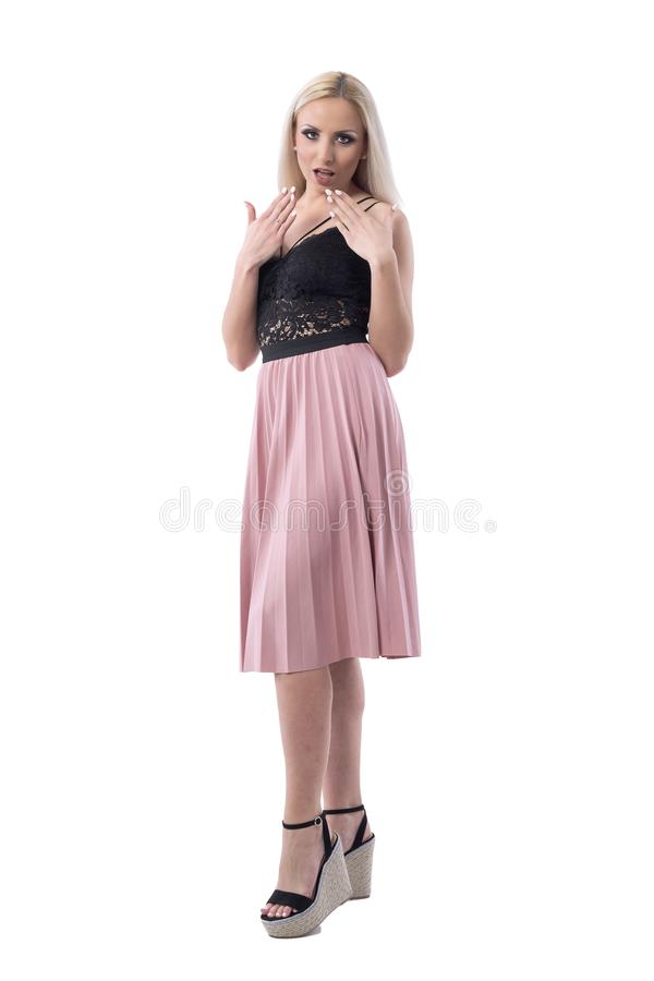 Femme étonnée élégante étonnée de jeune blonde regardant la caméra Concept d'escompte photo stock