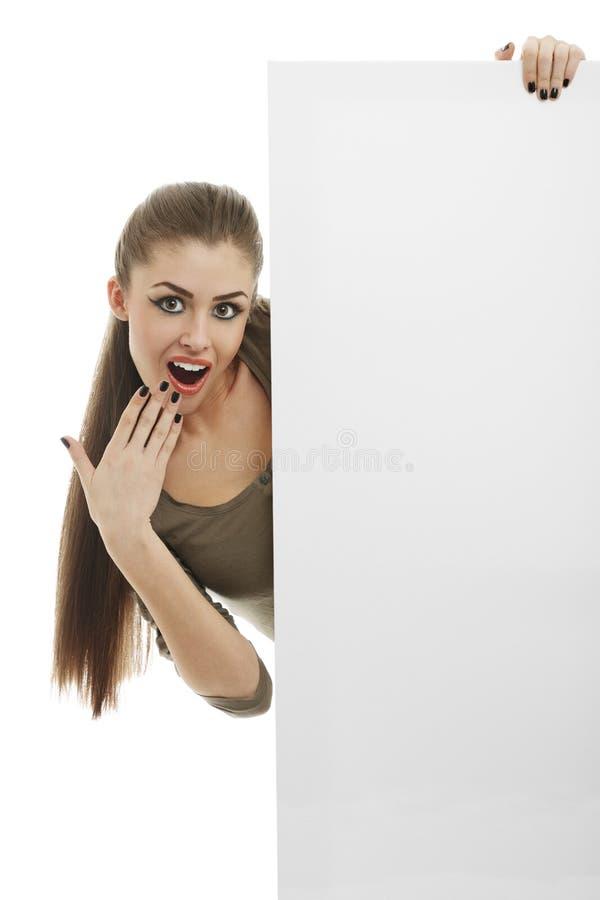 Femme étonnée avec le panneau d'affichage images libres de droits