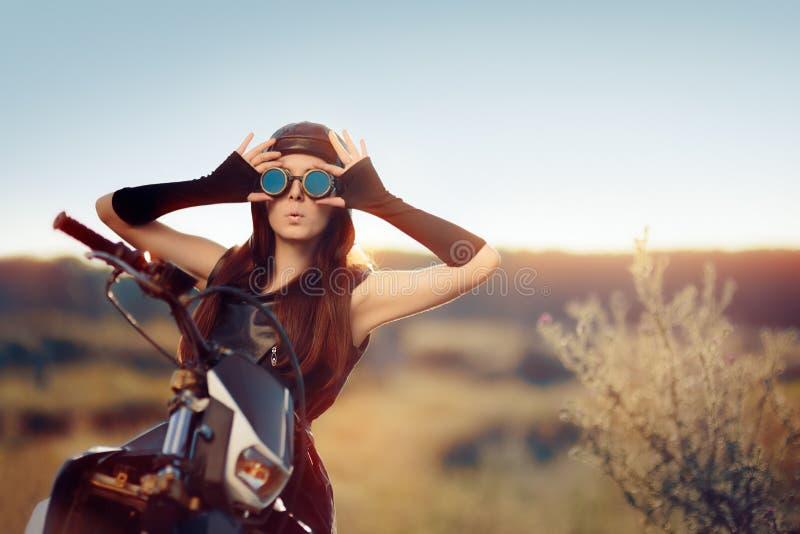 Femme étonnée de Steampunk à côté de sa moto photo stock