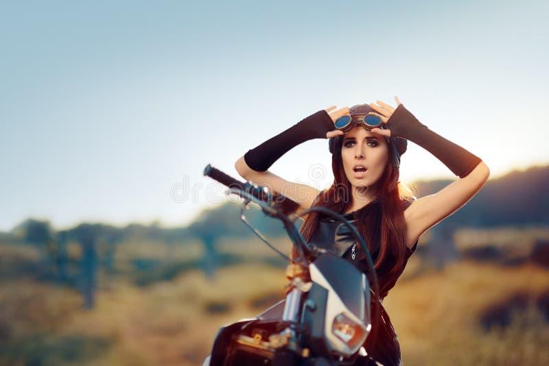 Femme étonnée de Steampunk à côté de sa moto images libres de droits