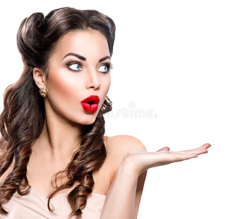 Femme étonnée montrant l'espace vide de copie photos libres de droits
