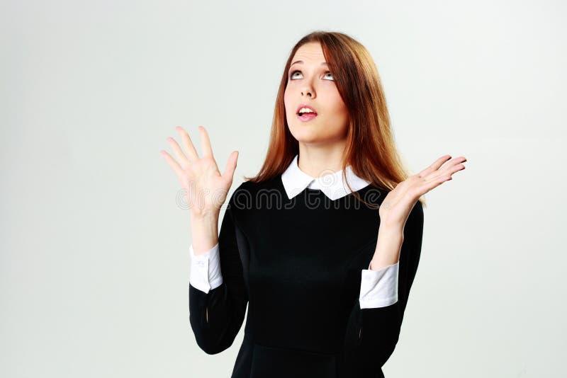 Femme étonnée par jeunes recherchant photographie stock