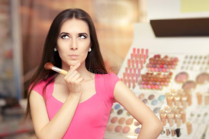 Femme étonnée tenant une brosse de maquillage photos stock