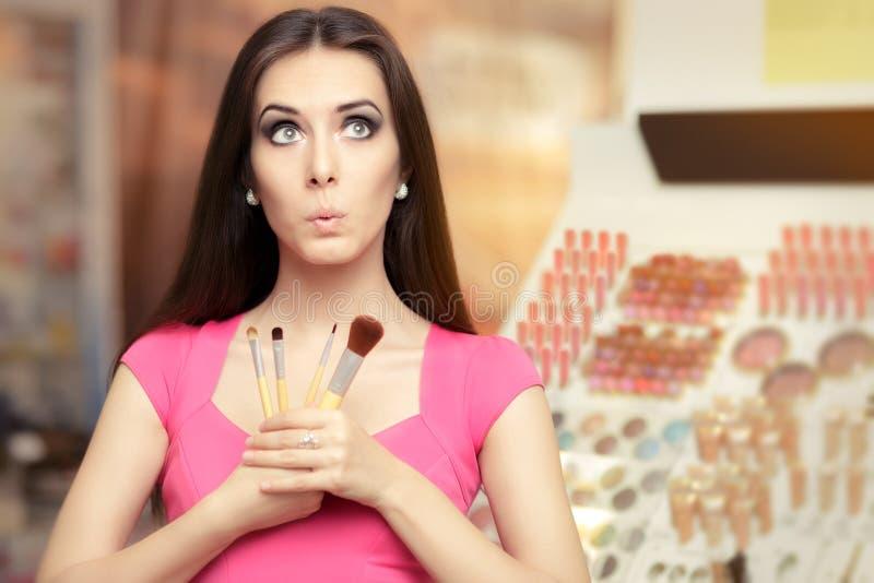 Femme étonnée tenant une brosse de maquillage images stock