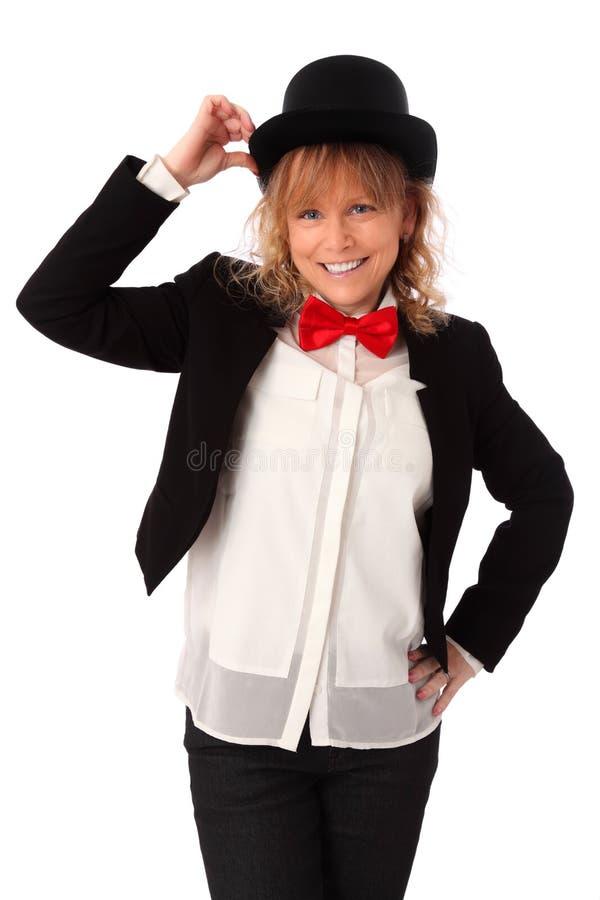 Femme étonnante dans la veste noire, le bowtie et un chapeau supérieur image libre de droits