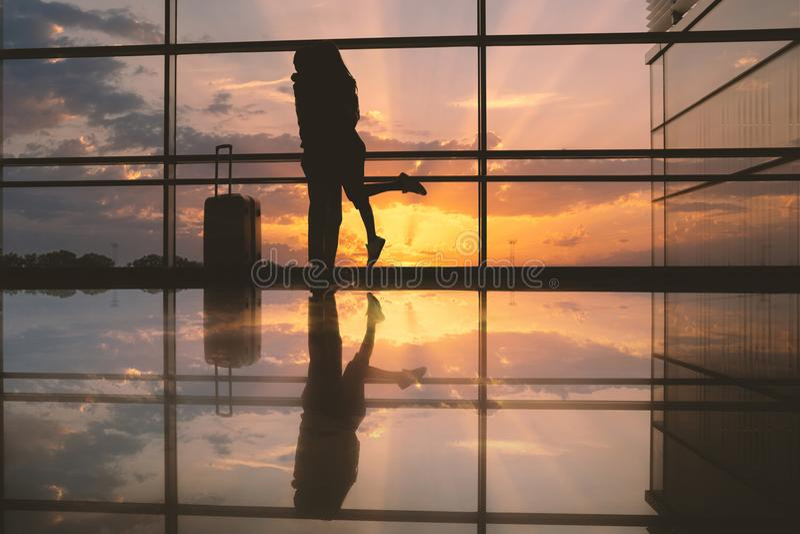 Femme étreignante masculine dans l'aéroport image libre de droits