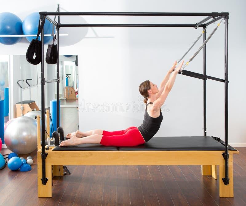Femme aérobie d'instructeur de Pilates dans cadillac image stock