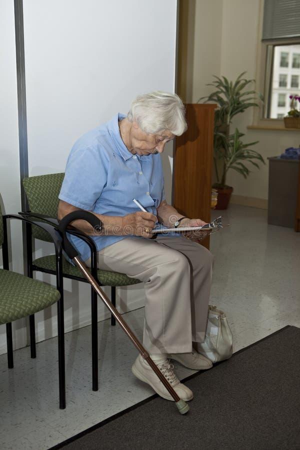 Femme aîné au `s de docteur photographie stock
