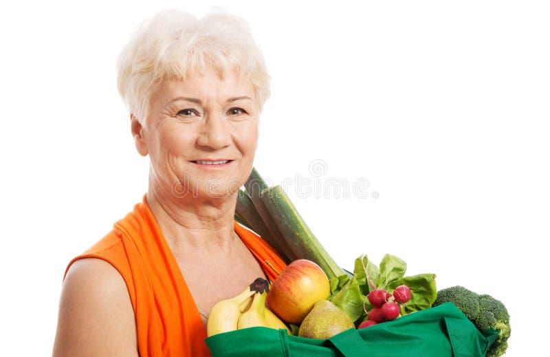 Femme aîné avec des sacs photos stock