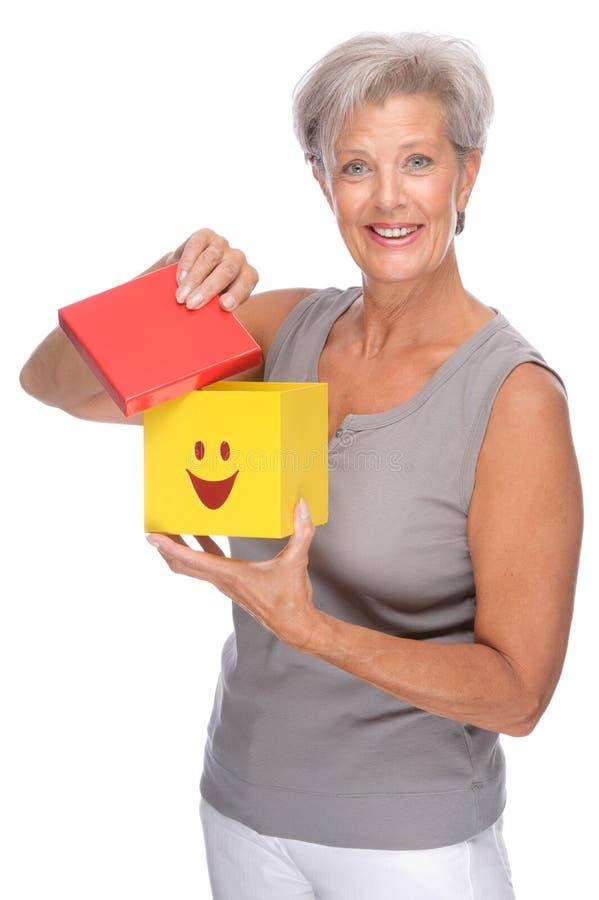 Femme aîné avec le cadre image stock