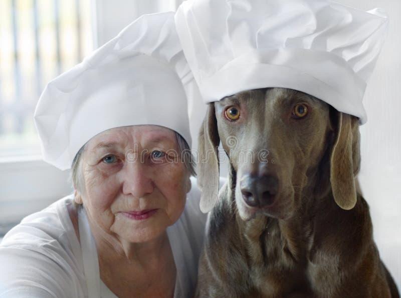 Femme aîné avec le crabot photographie stock libre de droits