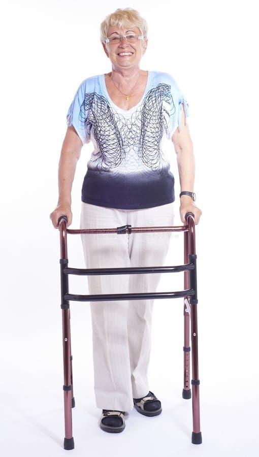Femme aîné avec le marcheur photos stock