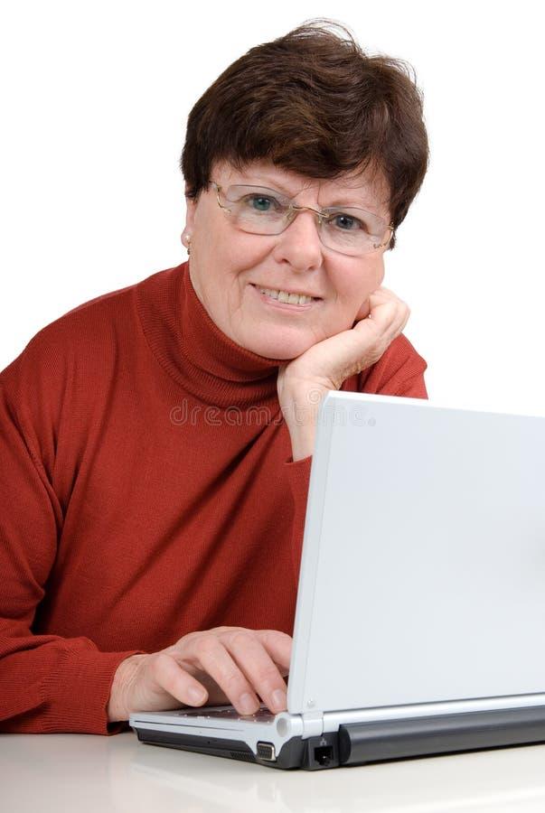 Femme aîné avec un cahier image libre de droits