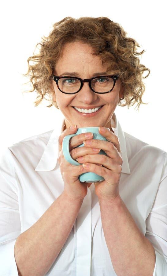 Femme aîné d'affaires appréciant le café photos libres de droits