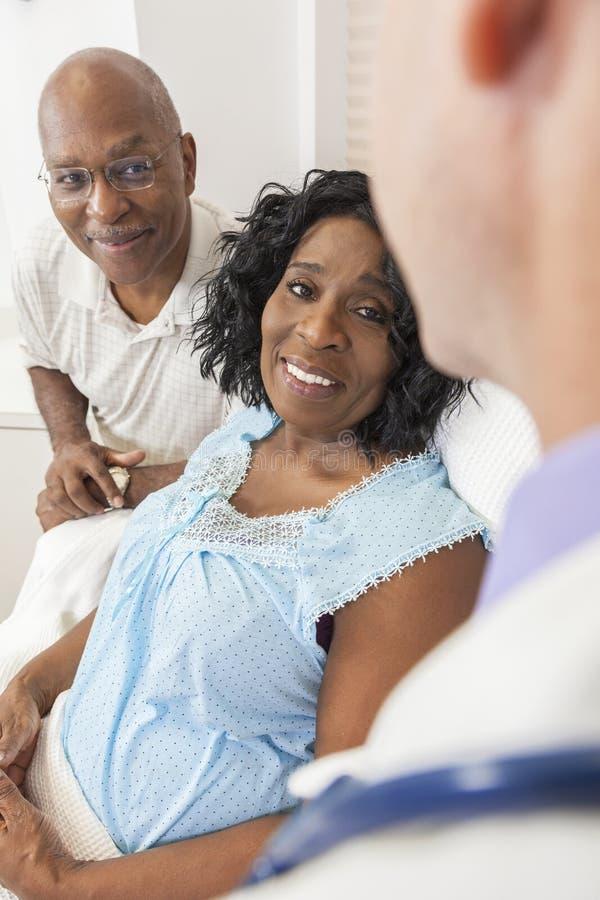 Femme aîné d'Afro-américain dans le bâti d'hôpital photos stock