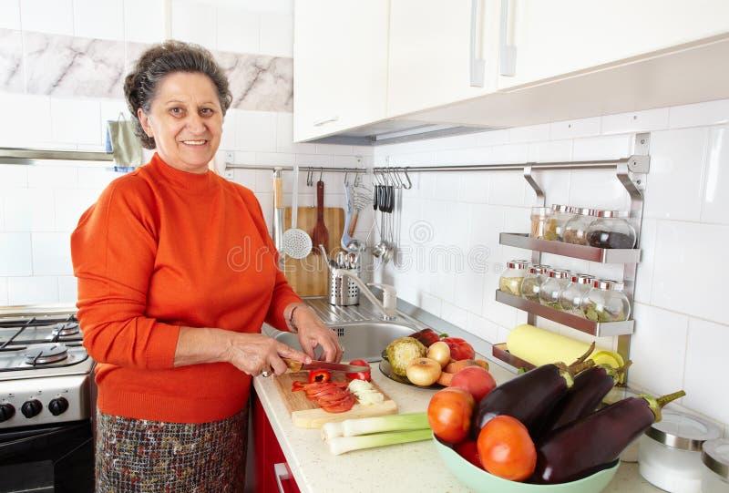 Femme aîné dans la cuisine photos libres de droits