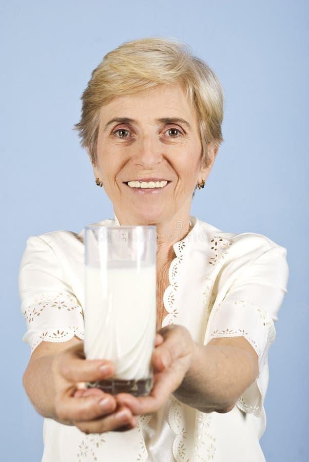 Femme Aîné En Bonne Santé Avec La Glace De Lait Photos stock
