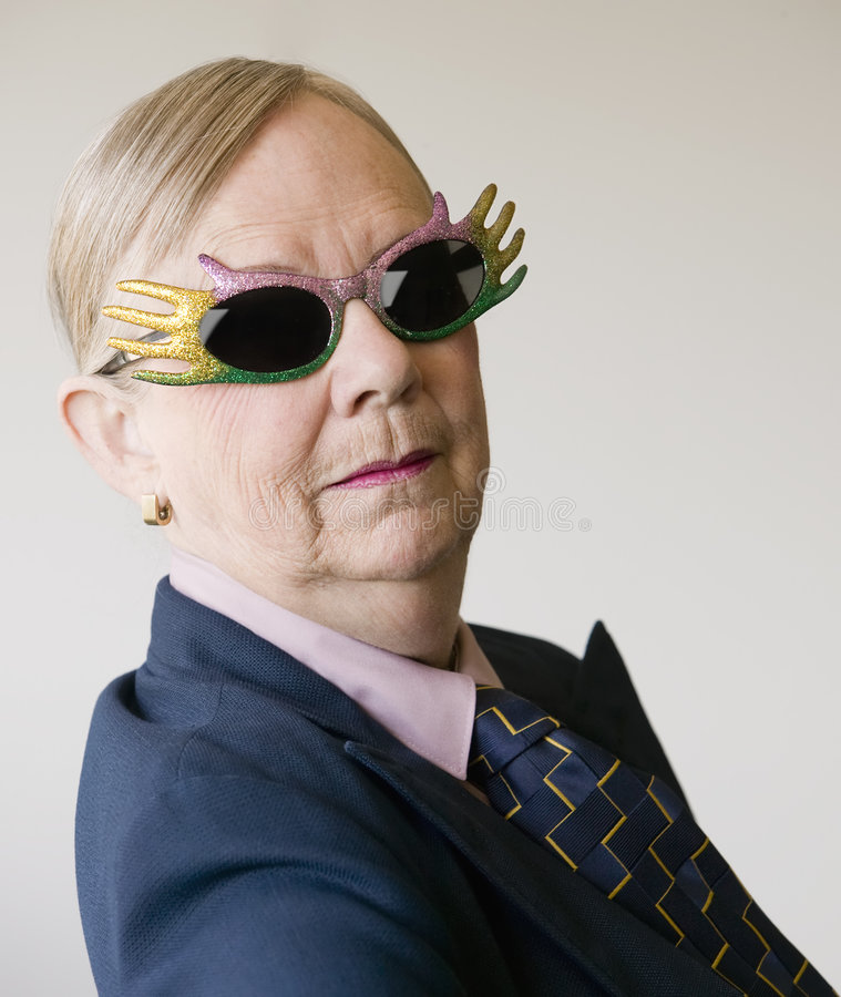 Femme aîné excessif portant les lunettes drôles photos stock