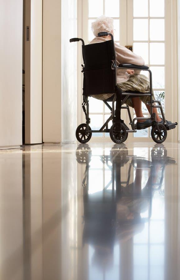 Femme aîné handicapé dans le fauteuil roulant photo stock