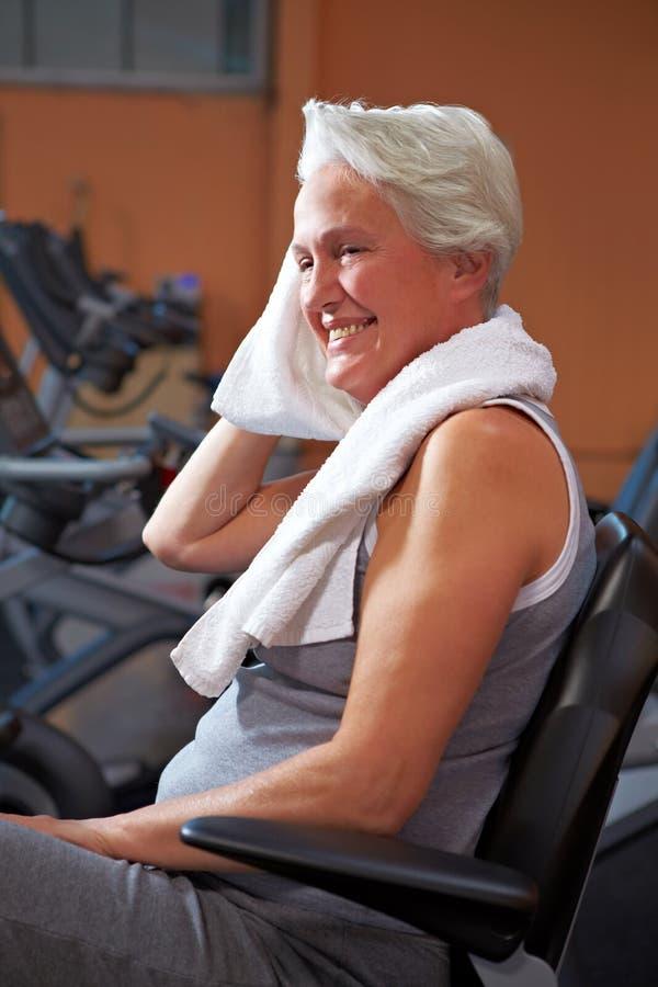 Femme aîné suant en gymnastique photographie stock libre de droits