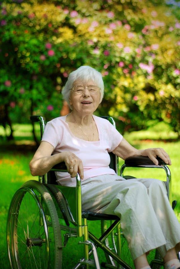 Femme aîné sur le fauteuil roulant photo libre de droits