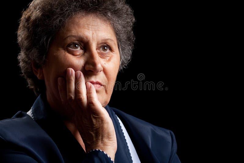 Femme aîné sur le noir photo stock