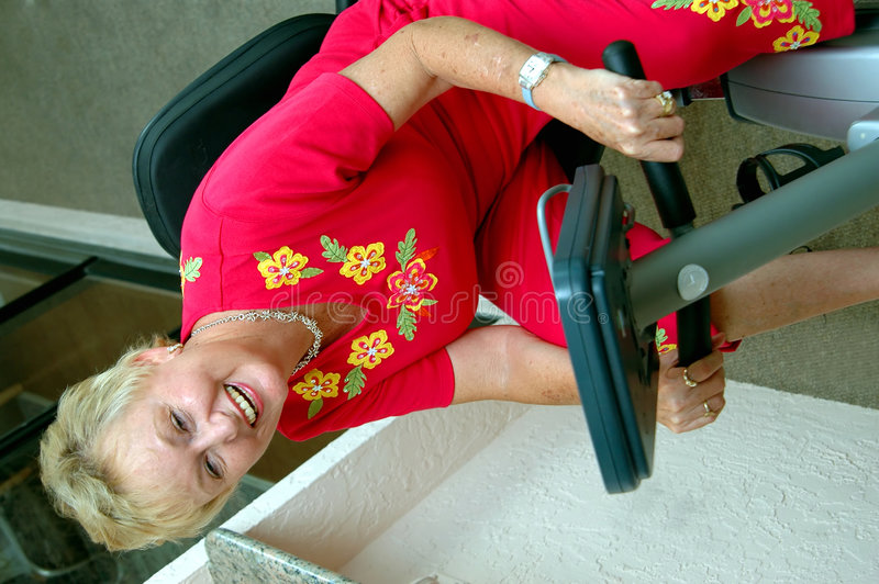 Femme aînée active photo stock