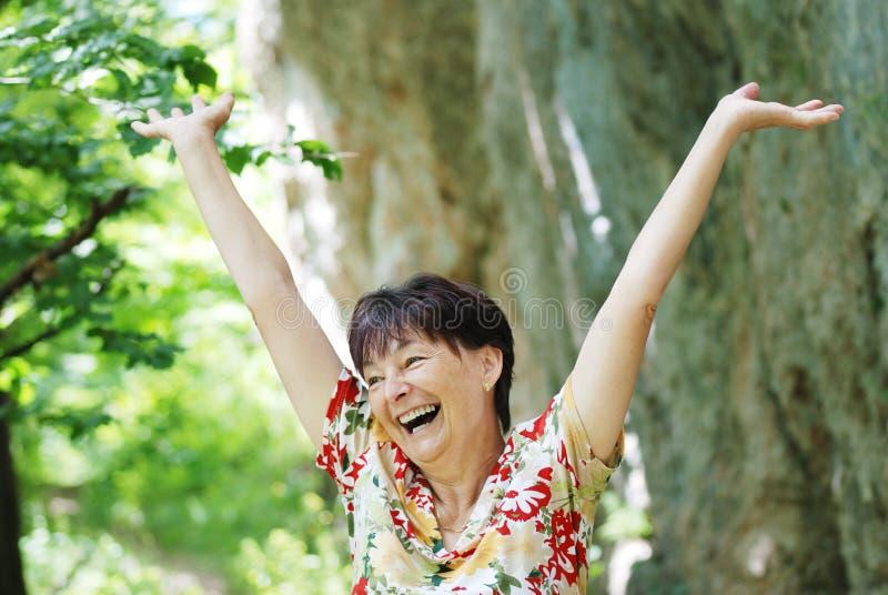 Femme aînée appréciant la durée image libre de droits