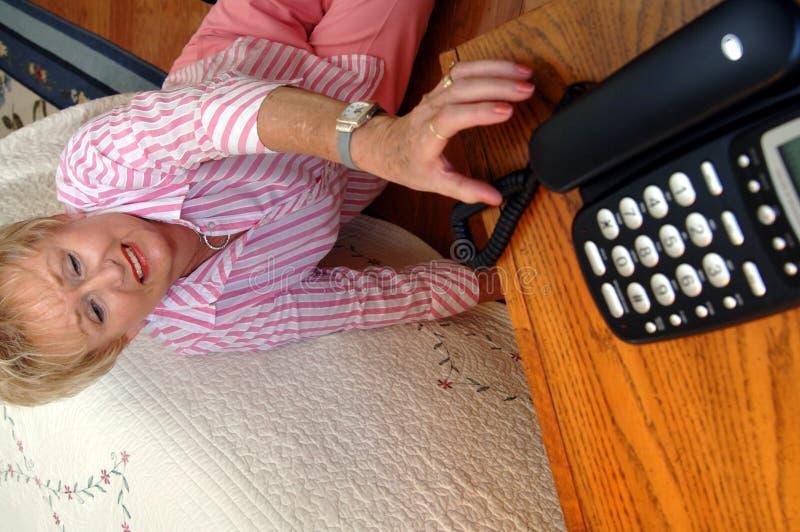 Femme aînée ayant besoin de l'aide images libres de droits