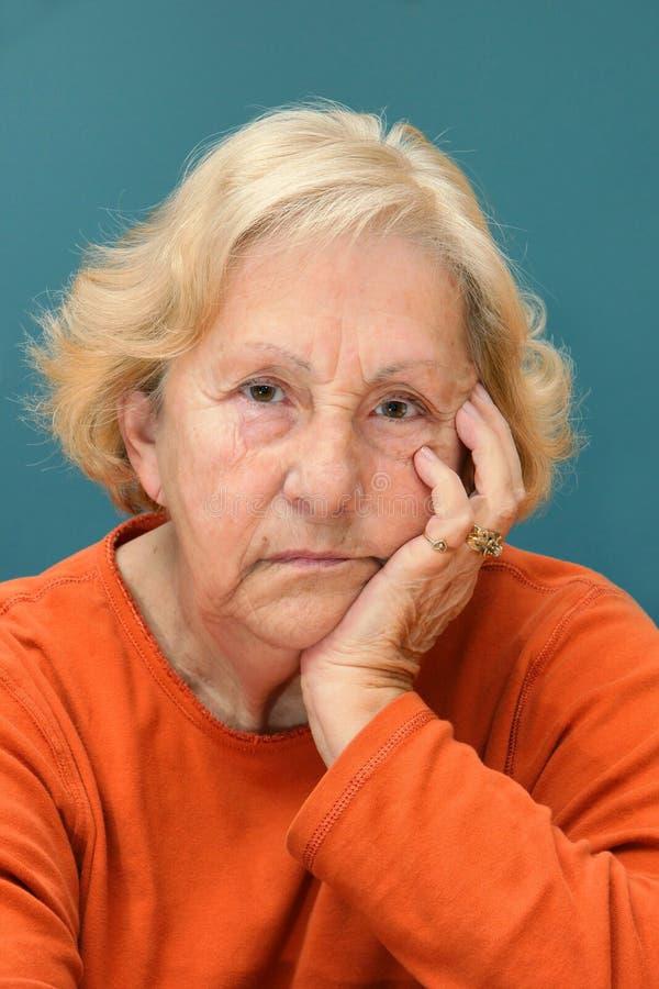 Femme aînée boudant photographie stock libre de droits