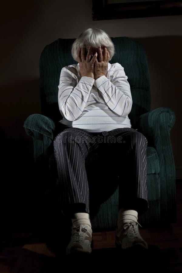 Femme aînée chargée images libres de droits