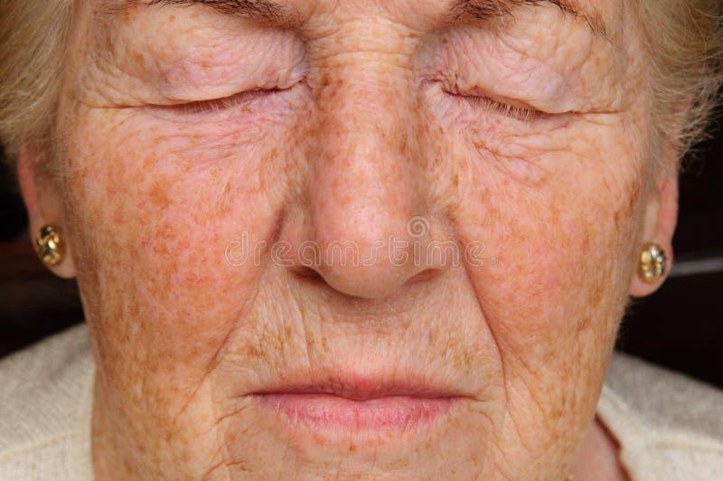 Femme aînée concernée image libre de droits