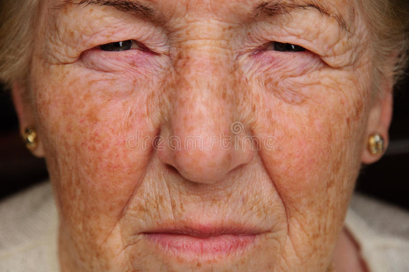 Femme aînée concernée photo stock