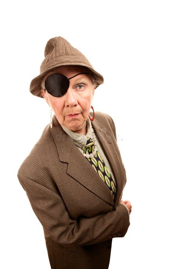 Femme aînée dans le frottement avec la correction d'oeil photos stock