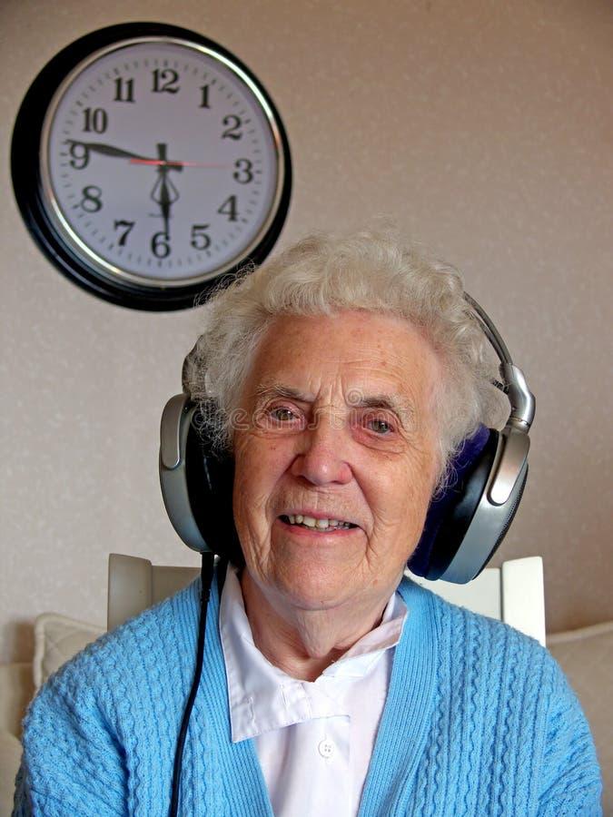 Femme aînée de musique photographie stock libre de droits