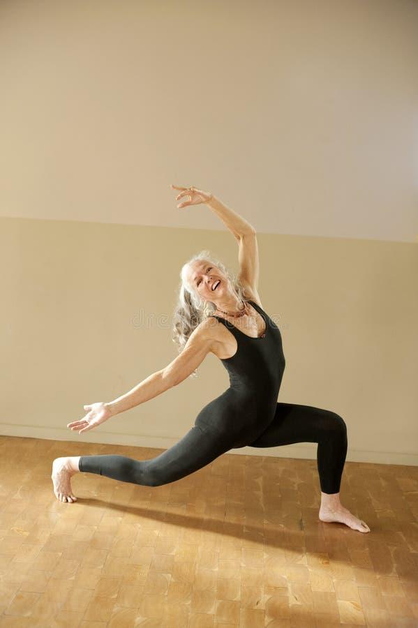 Femme aînée expressive de yoga photo stock