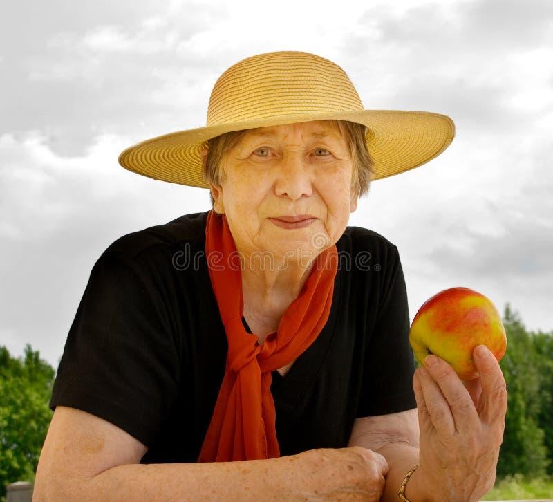 Femme aînée heureuse à l'extérieur photo stock